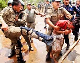 Hasil gambar untuk gambar satpol pp menganiaya